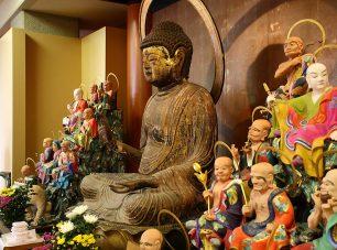 木造の釈迦如来坐像。<br/>織田信長による元亀の法難を逃れたとされる