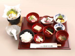 地元近江の食材を活かし、比叡山の水で丁寧に調理した「精進懐石膳」(要予約)