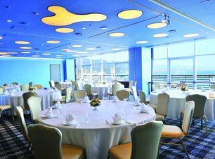 「小宴会場」: 湖に面するリゾート感とビジネス機能を兼ね備えています。