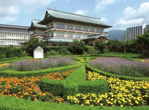 ツゲなどを刈込んだ間に花やハーブを植えてノット(結び目)の模様が施された「ノットガーデン」。