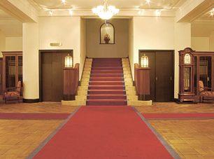 真紅のカーペットが華やかな1Fロビー。
