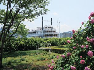 柳が崎湖畔公園港が隣接。外輪船ミシガンで訪れることができます。