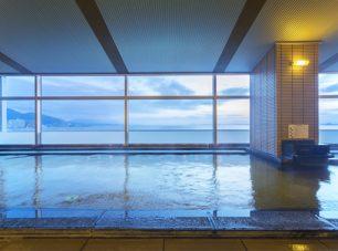 瑠璃温泉「るりの湯」: 琵琶湖を一望できる大浴場で旅の疲れをリフレッシュ。