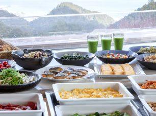 朝食は滋賀県産の野菜や京都のおばんざいなどをブッフェ形式で